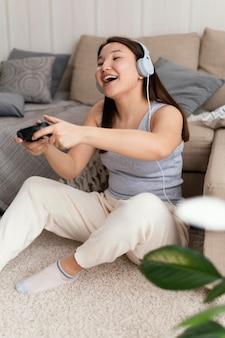 Mulher em plena cena jogando videogame