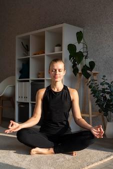 Mulher em pose de ioga de frente