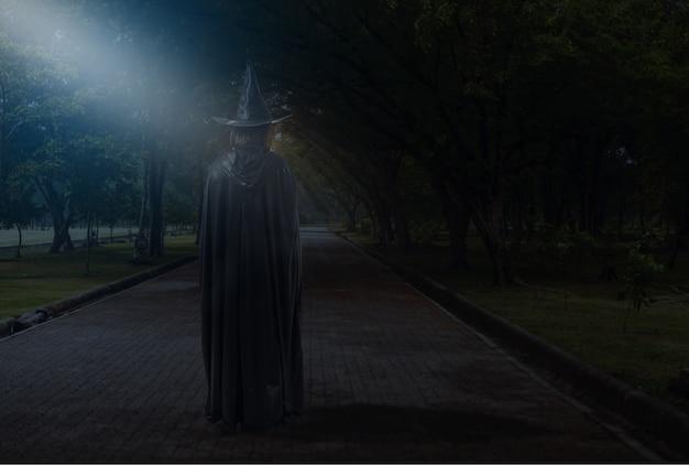Mulher, em, pretas, assustador, bruxa, halloween traje, com, luar, em, um, escuro, floresta