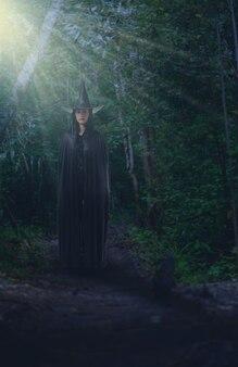 Mulher, em, pretas, assustador, bruxa, halloween traje
