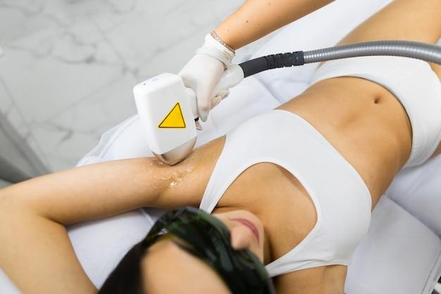 Mulher em procedimento de depilação a laser