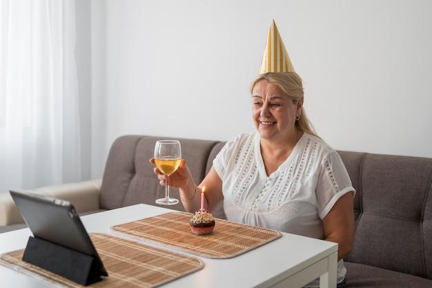 Mulher em quarentena comemorando aniversário