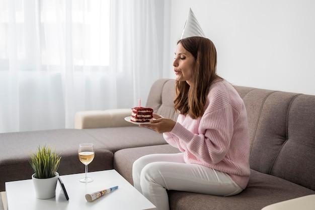 Mulher em quarentena em casa comemorando aniversário