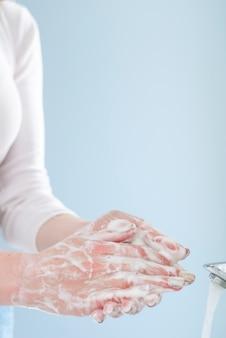 Mulher em quarentena, lavando as mãos