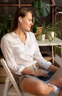 Mulher em quarentena trabalhando em casa com laptop