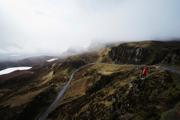 Mulher em quiraing, na ilha de skye, na escócia
