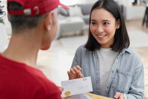 Mulher em retrato enviando cartas pelo serviço de entrega