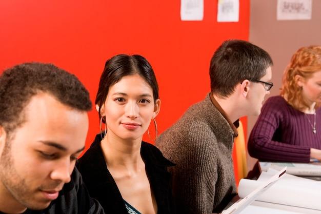 Mulher, em, reunião, olhando câmera