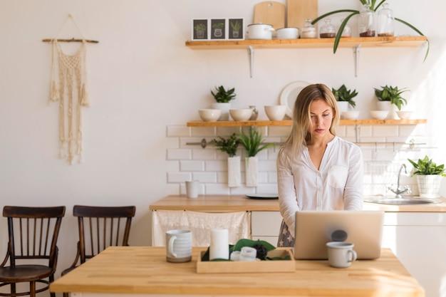 Mulher em reunião online em casa