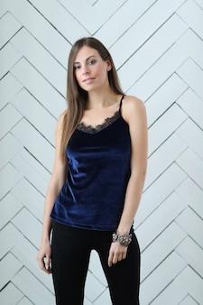 Mulher em roupa de noite azul marinho