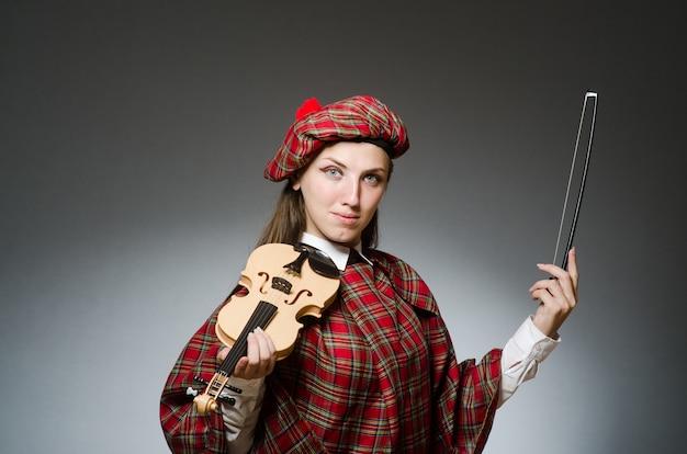 Mulher, em, roupa escocesa, em, musical