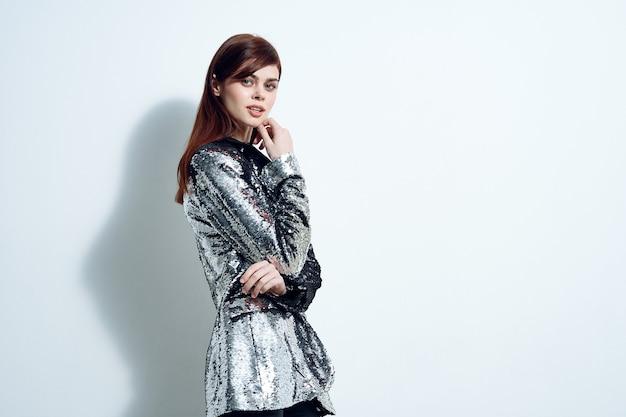 Mulher em roupas da moda festa discoteca estilo moderno blazer prata. foto de alta qualidade