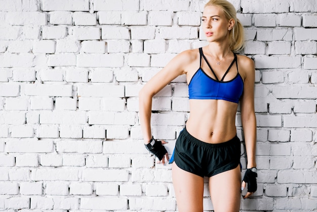 Mulher em roupas de esporte olhando para longe