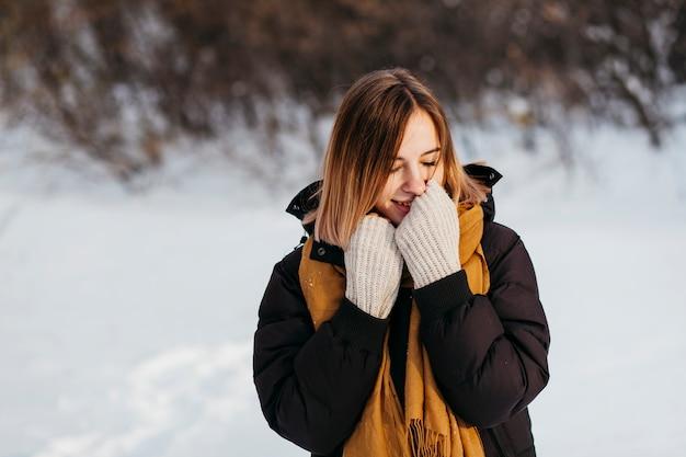 Mulher, em, roupas inverno, aquecer, mãos