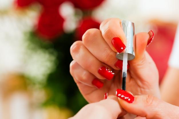Mulher, em, salão unha, recebendo, manicure