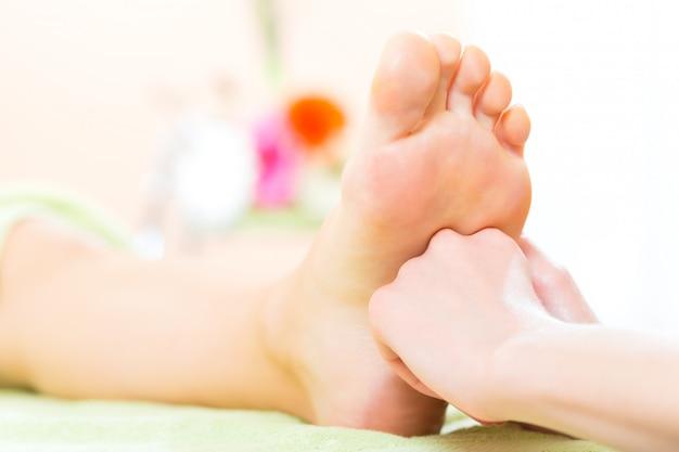 Mulher, em, salão unha, recebendo, massagem pé