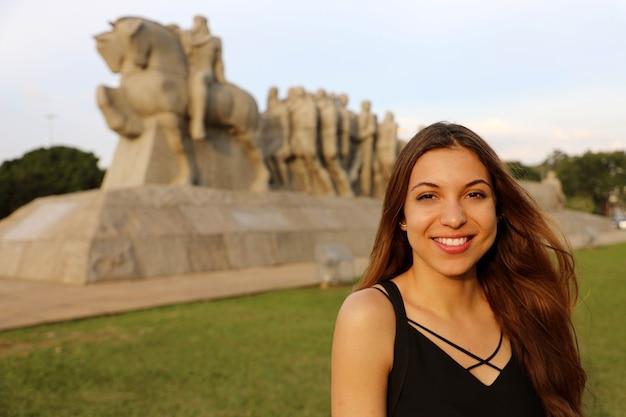 Mulher em são paulo com monumento às bandeiras, são paulo, brasil