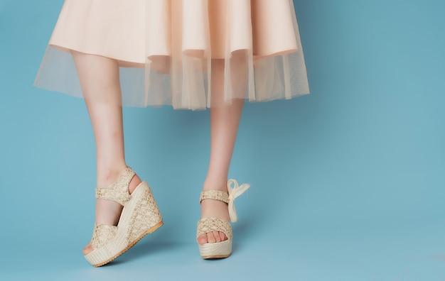 Mulher em sapatos sociais