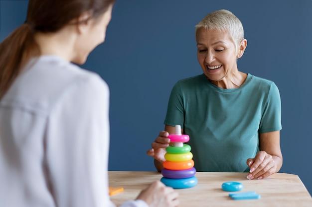 Mulher em sessão de terapia ocupacional com psicóloga