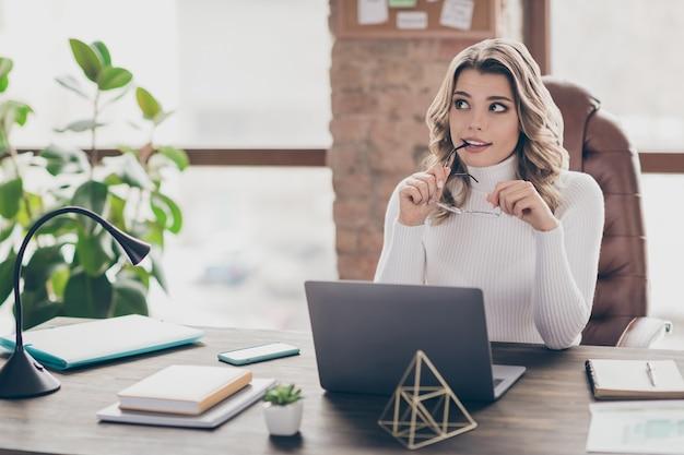 Mulher em seu escritório trabalhando em um laptop