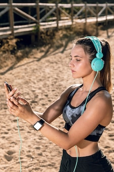 Mulher, em, sportswear, com, smartwatch, mock-up