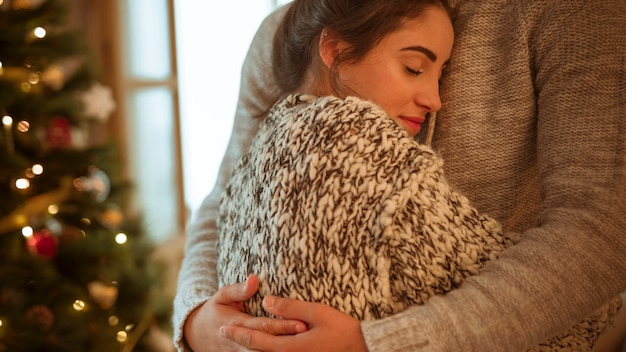 Mulher, em, suéter, abraçando, homem