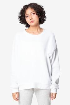 Mulher em suéter básico branco