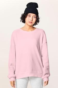 Mulher em suéter básico rosa roupas casuais