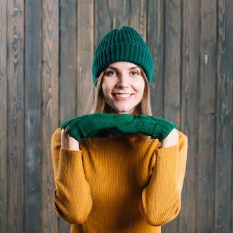 Mulher, em, suéter, com, mãos, sob, queixo