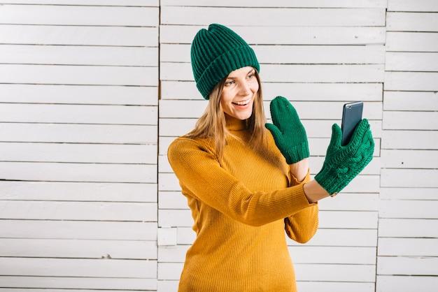 Mulher, em, suéter, fazer, chamada video