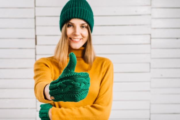 Mulher, em, suéter, mostrando, polegar cima