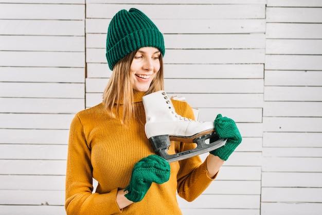 Mulher, em, suéter, olhar, patins