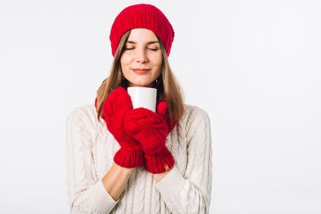 Mulher, em, suéter, segurando, copo morno