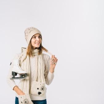 Mulher, em, suéter, segurando, patins