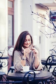 Mulher, em, suéter, sentando, em, um, café