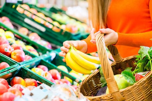 Mulher, em, supermercado, mantimentos shopping