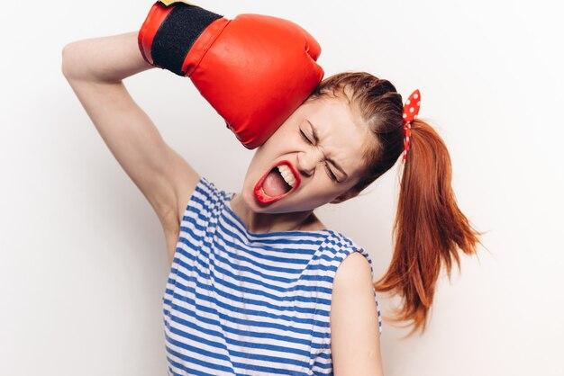 Mulher em t-shirt listrada luva de boxe vermelha emoções tonificação