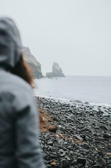 Mulher em talisker bay na ilha de skye, na escócia