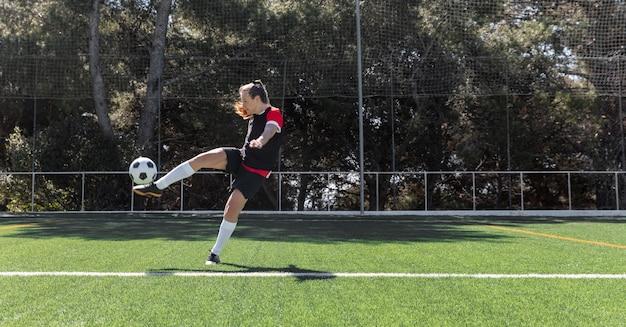 Mulher em tiro certeiro rebatendo a bola