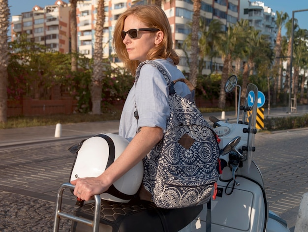 Mulher em tiro médio com bagagem