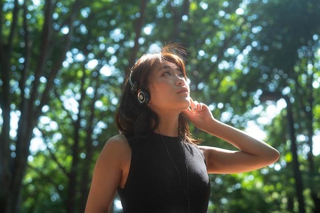 Mulher em tiro médio com fones de ouvido