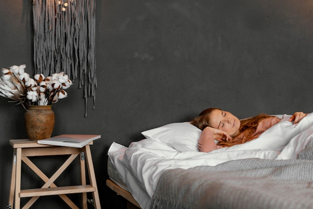 Mulher em tiro médio deitada na cama