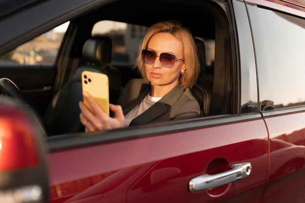 Mulher em tiro médio dentro do carro