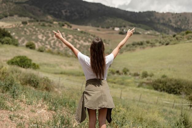 Mulher em tiro médio expressando liberdade