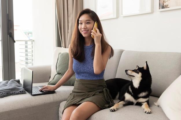 Mulher em tiro médio falando ao telefone