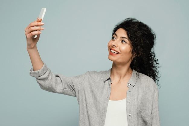Mulher em tiro médio falando selfie