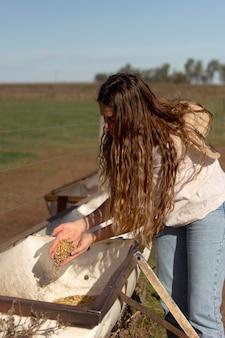 Mulher em tiro médio segurando comida de animal