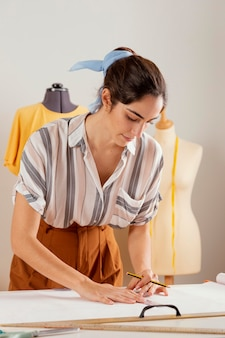 Mulher em tiro médio segurando um lápis