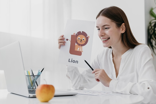 Mulher em tiro médio segurando uma ilustração de leão