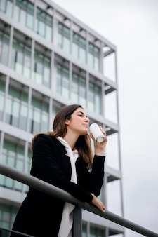 Mulher em tiro médio segurando uma lata de refrigerante
